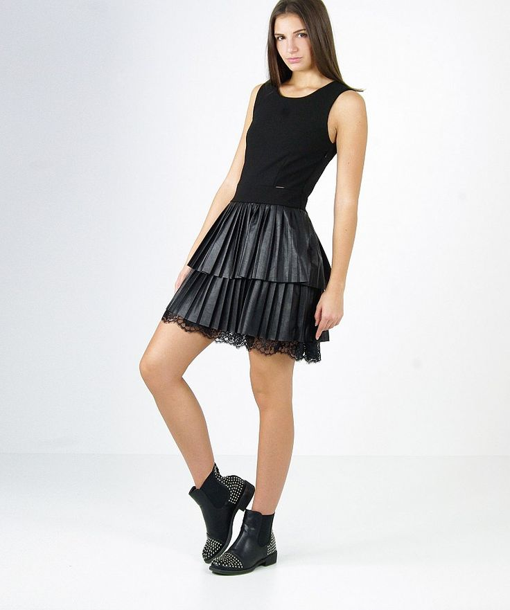 State già pensando a cosa indossare durante le feste che si avvicinano? Vi proponiamo questo outfit con abito combinato, gonna plissè in ecopelle e fascia in pizzo sul fondo!