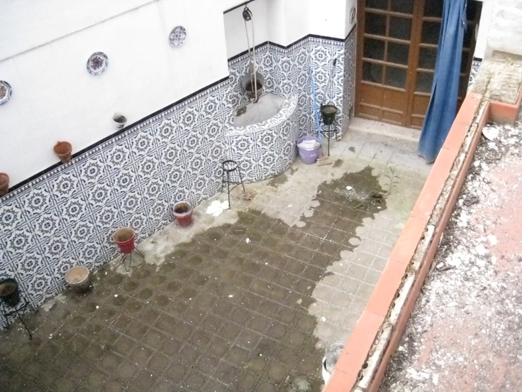 Primer patio visto desde la azotea. El pozo de agua salada se ve en la parte superior central.