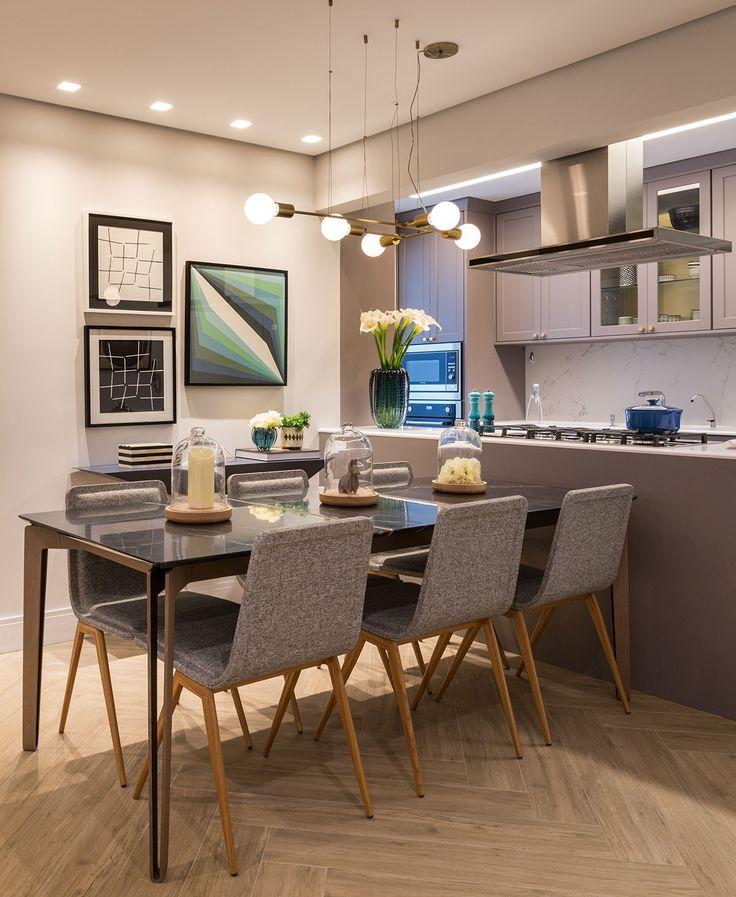 Decoração de apartamento, apartamento, apartamento moderno, apartamento cinza, cinza.  Na sala de jantar cadeira cinza, mesa de jantar retangular, quadros, flores.