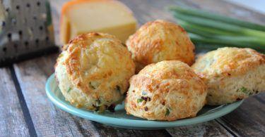 Hartige scones met oude kaas en bosui
