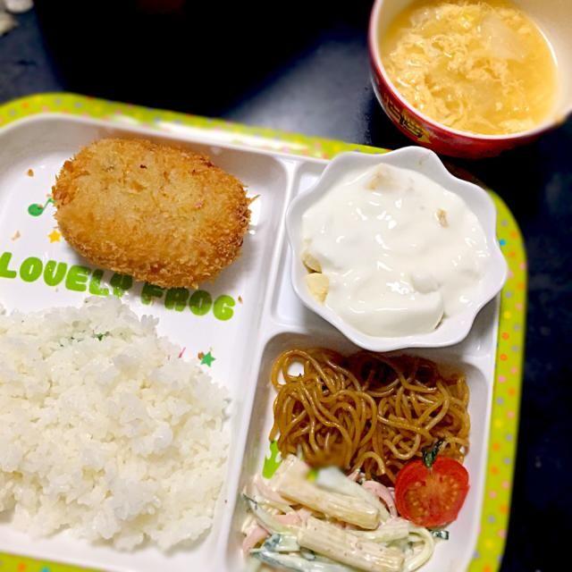 ⚫︎コロッケ(揚げ) ⚫︎マカロニサラダ ⚫︎やきそば ⚫︎キャベツと卵のコンソメスープ ⚫︎バナナヨーグルト - 2件のもぐもぐ - 子どもごはん by mamekoon