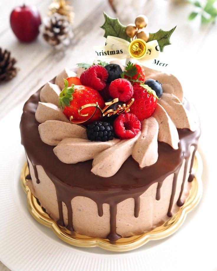 クリスマスイブに子供達が実家に泊まらせて貰ったので、母への手土産にベリーとチョコのクリスマスデコレーションケーキを作りました。 . 初めてチョコタラーリのドリップケーキに挑戦! いつも完璧なケーキを作っているはっちゃん( @honeycafe8 )のレシピです はっちゃんの美しいチョコタラーリとは大違いでダラダラ〜としてしまいましたが そして我が家は12cmじゃ足りないので、15cmホール。 チョコをかけてすぐに上のクリームを絞ったら、チョコと共にクリームが滑っていきまして絞りがはちゃめちゃなのと、上面が歪んでいるのはそのせいです . 見た目はまだまだですが、このケーキすっごく美味しかったですー ショコラスポンジの間にお砂糖控えめで作るラズベリージャムが入っているのですが、この酸味とチョコクリームのハーモニーが凄くいい感じ✨✨ タラーリのチョコも美味しい 母が絶賛してくれて早食いの私よりも早く食べ終わってました . はっちゃん、素敵なレシピをありがとうー . お返事滞っているので、こちらもコメント欄閉じさせて頂きます いつもありがとうご...