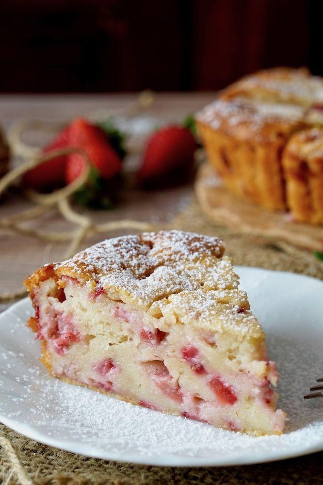 TORTA CREMOSA ALLE FRAGOLE Cercate un dolce super cremosoe super facile? La Torta Cremosa alle Fragole fa al caso vostro! Per realizzarla servono solament