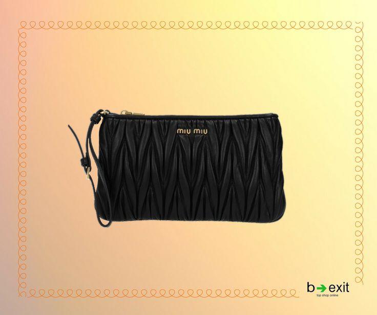 La Pochette, MIU MIU  con lavorazione goffrata, è un simbolo delle collezioni del brand di Miuccia Prada.   Scopri tutte le borse MIU MIU > http://b-ex.it/miumiu