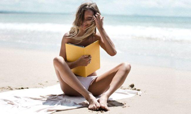 Con este calor apetece refrescarse en la piscina, torrarse al sol, salir, ir de festival, viajar y, aunque os sorprenda a algunos, también apetece descansar. ¿Qué mejor que hacerlo que con un libro divertido?