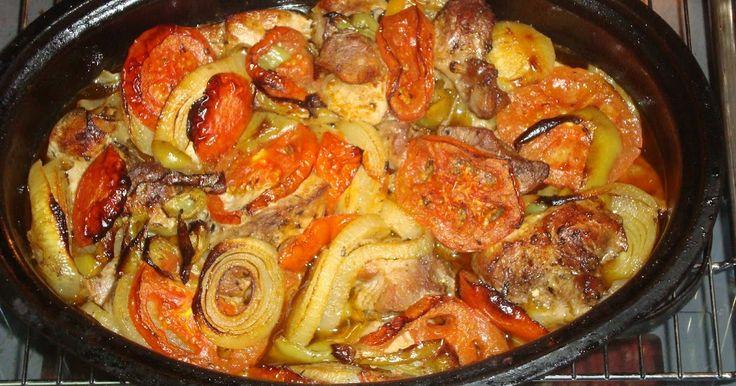 ΥΛΙΚΑ 1 κιλό κρέας χοιρινό ή αρνίσιο κομμένο σε μεγάλα κομμάτια 4-5 τομάτες 4-5 κρεμμύδια ξερά 4...