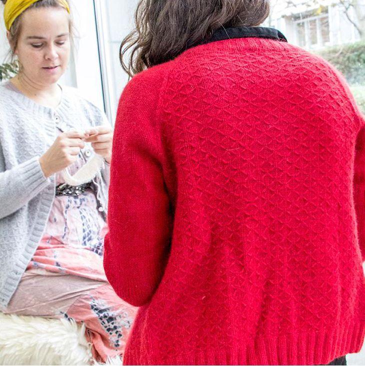 Den skjønne MiniMe-cardiganen, designet av Charlotte Kaae, kan godt brukes av både gutter og jenter. Oppskriften finnes også i damestørrelse, hvis mor gjerne vil ha en maken selv. I videoen over viser Charlotte deg hvordan enkelt du kan fordele knapper og lager knapphull i denne.