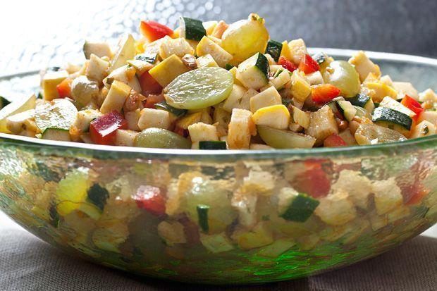Salata marocana cu dovlecei, ardei gras si struguri - www.Foodstory.ro