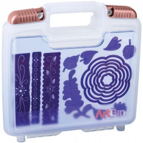 "ARTBIN - MAGNETIC DIE STORAGE - 10.25""X3.25""X9.625"" TranslucentTil oppbevaring av dies, stempler og stensiler/mask.Følger med 3 stk magnet ark. Du kan kjøpe flere magnet ark, klikk herART BIN - Magnetic Die Storage Case - 10.25""X3.25""X9.625"" Translucent. These magnetic sheets securely hold dies for easy viewing and safe storage. Each case will hold 21 magnetic sheets (with dies). The case easily fits into totes and rolling carts.This clever storage system provides a simple solution for…"