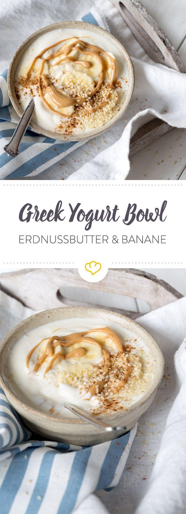 Bereite dir diese Greek Yogurt Bowl mit Erdnussbutter; Bananen und Sesam zu und still deinen Heißhunger auf Süßes auf gesunde Art und Weise.