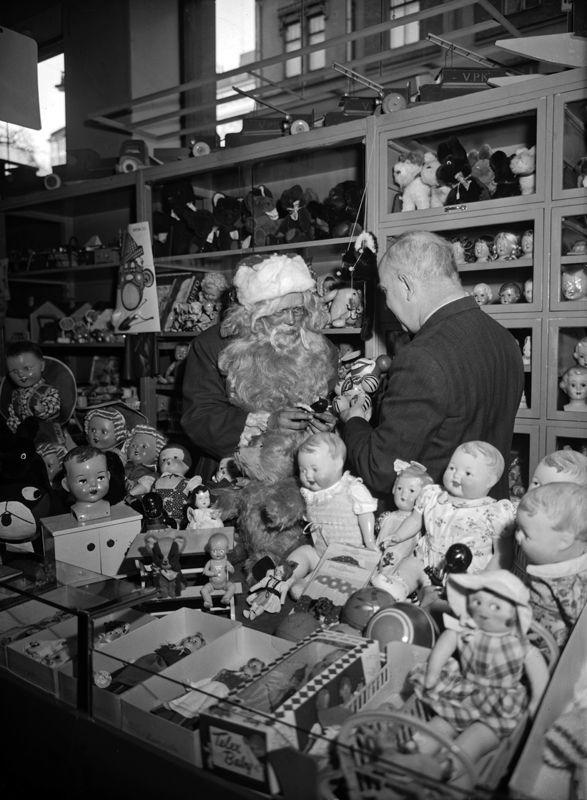 Joulupukki Elannon tavaratalon leluosastolla vuonna 1953. Kuva: Helsingin kaupunginmuseo. #helsinki #joulu #joulupukki