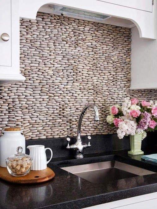 Decora alguna pared de la cocina con piedras con cantos redondeados.