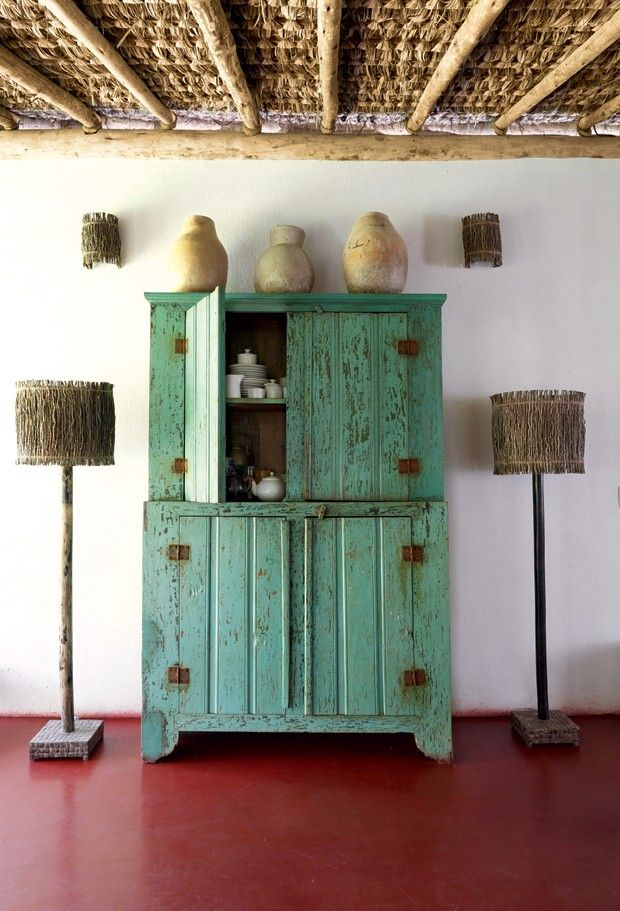 Louceiro | Em frente à cozinha, o móvel mineiro é ladeado por duas luminárias de chão feitas de piaçava, com pés de madeira de coqueiro (Foto: Evelyn Müller / Living Inside)