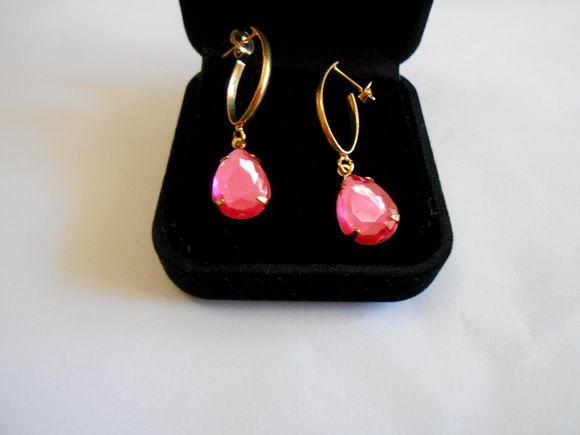 Brinco com cristal rosa, toda a base folheada a ouro.    3,50 cm. Lindo Brinco. R$ 32,00