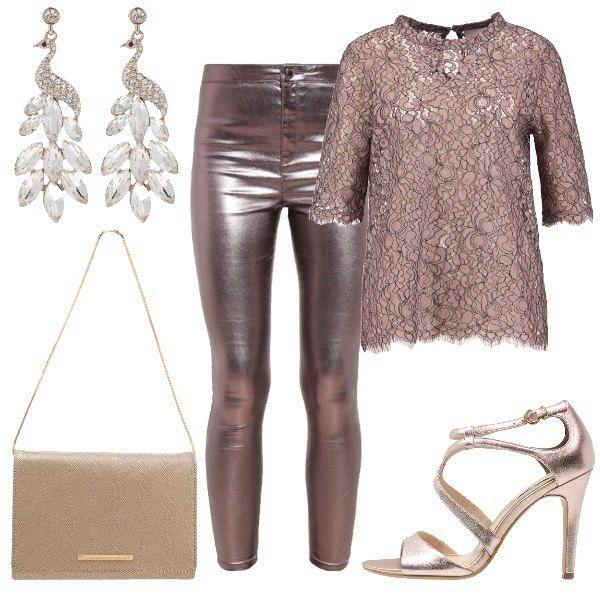 Outfit composto da pantaloni in similpelle rosa effetto laminato, blusa con manica a tre quarti in pizzo, sandali laminati, pochette dorata con catena e orecchini con pietre.