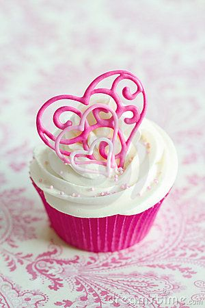 VALENTINES- Pink cupcakes - Go to the girl on the swing, and buy cute decorations. Serve for presents for the family! (Valentines Dessert)