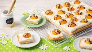 Rezept Bienchenkuchen - Rührteig mit Schmand-Pudding-Creme und Aprikosen - http://www.sanella.de/rezepte/bienchenkuchen/23010