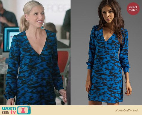 Sydney's blue and black printed v-neck shift dress on The Crazy Ones. Outfit Details: http://wornontv.net/30896/ #TheCrazyOnes