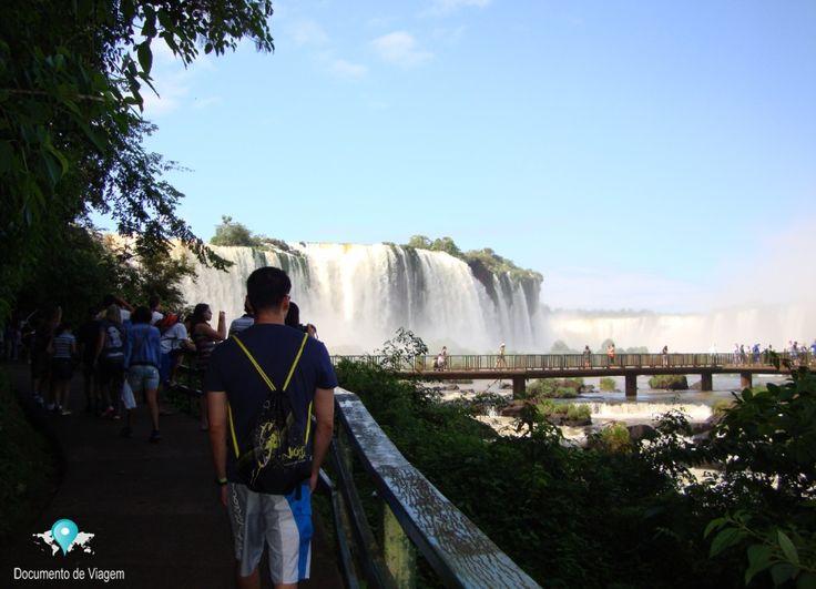 🇧🇷 Cataratas do Iguaçu é um conjunto de cerca de 275 quedas de água no rio Iguaçu, localizada entre o Parque Nacional do Iguaçu, Brasil e Argentina | 🇺🇸 Iguazu Falls is a collection of about 275 waterfalls on the Iguazu River, located between the Iguazu National Park, Brazil and Argentina