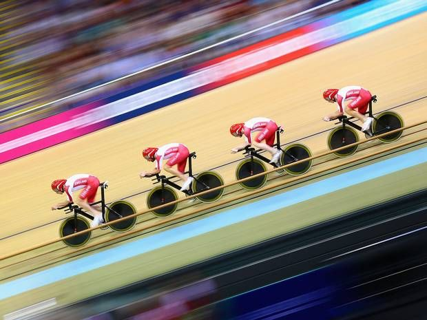 Commonwealth Games 2014: Sir Bradley Wiggins guides England into team pursuit final against Australia