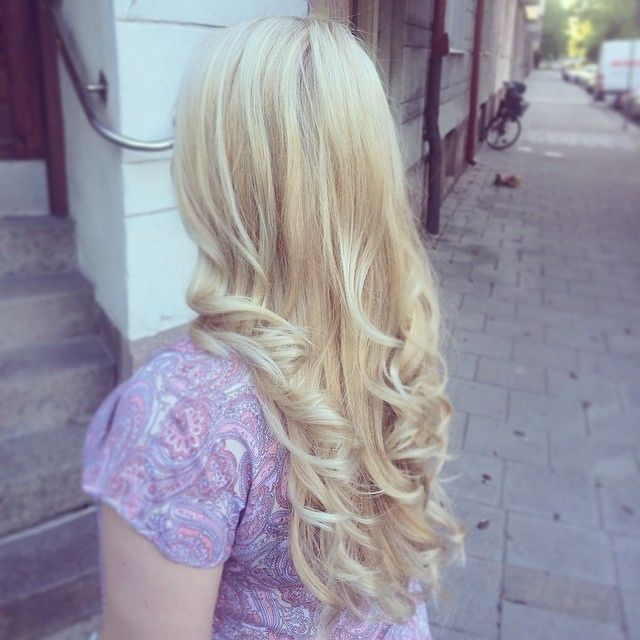 https://flic.kr/p/nt42ZK | Fina Sandra fick blonda slingor & signaturlockarna ❤️ by Golly #salongdinstund #dinstund #frisörsalong #frisör #malmö #rörsjöstaden #föreningsgatan63 #highlights #slingor #marianila #marianilastockholm #blond #blonde #haircolor #hairinspo #ghd #swede #swe