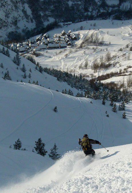 ´Buceando` nieve en Baqueira Beret - Snow Tracks. Al fondo el pueblo de Bagergue Val d'Aran Lleida Catalonia