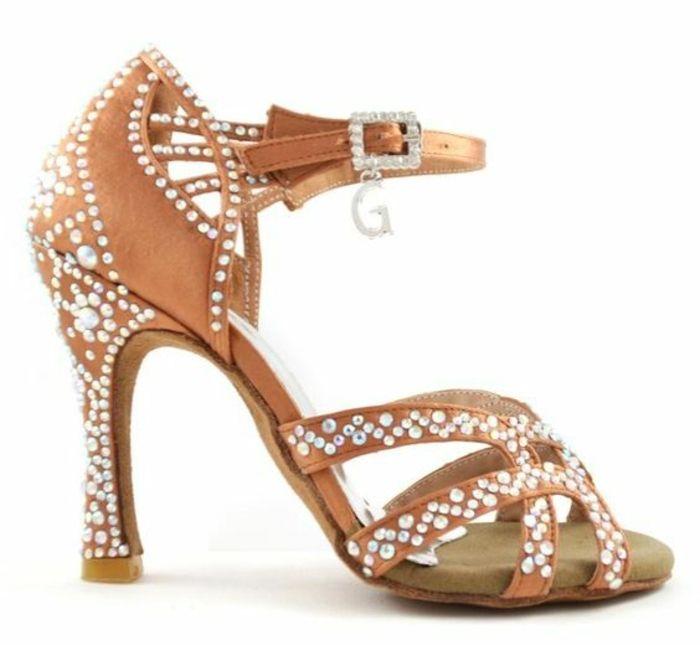 chaussures danse beiges très décorées avec la lettre G du logo de Gdancer