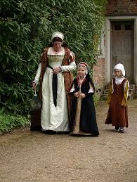 kentwell gentlewoman and children, England costume clothing tudor gown renaissance 16thcentury