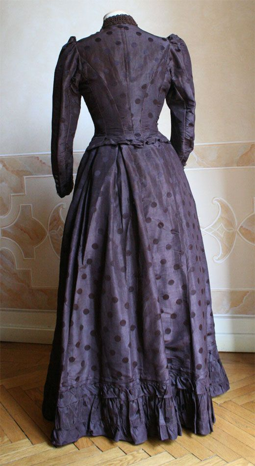 1890 back - Two-piece dress (bodice and skirt) made of brown silk. ____ (translated from Italian by Google)