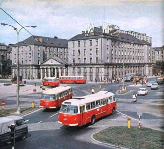 1967 r.; najbardziej ruchliwe miejsce na Pradze – krzyżówkę Solidarności (wówczas Świerczewskiego) z Targową Autor fotki: Jacek Sielski (skan ze Stolicy) źródło:zawinklem.pl