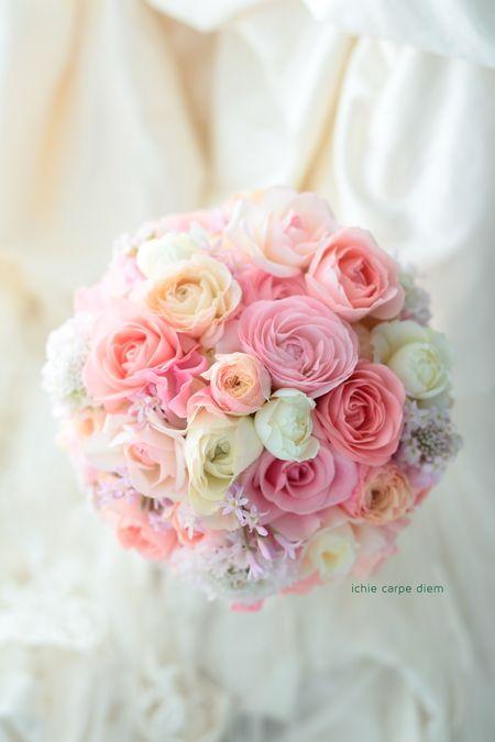 ピンクと白とアプリコットオレンジのブーケ、リストランテASOさまへ。 春のラナンキュラス、春のピンクのブーケです。  生花をなりわいとしていて、...