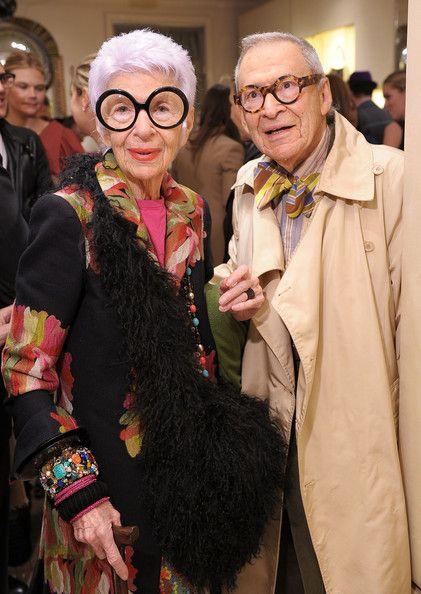 Iris Apfel (90 ans en 2011) et son époux Carl Apfel - Mariés depuis 63 ans, leur union s'est prolongée jusqu'en 2015, année du décès de Carl Apfel. - Seule ou en couple, Iris Apfel maîtrise à la perfection l'art de bien vieillir => http://whozblabla.blogspot.fr/2011/12/iris-apfel-90ans-le-nouveau-visage-de.html