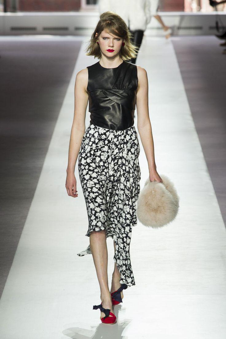 Door: Anouk Yve Fashion maand is in full swing. Na New York is de fash pack in mijn vroegere home town Londen neer gestreken. Ik moet bekennen dat ik op dit moment een beetje last heb van het FOMO virus (Fear of Missing Out-red). Drie seizoenen, zes fashion weeks lang was ik van de partij …
