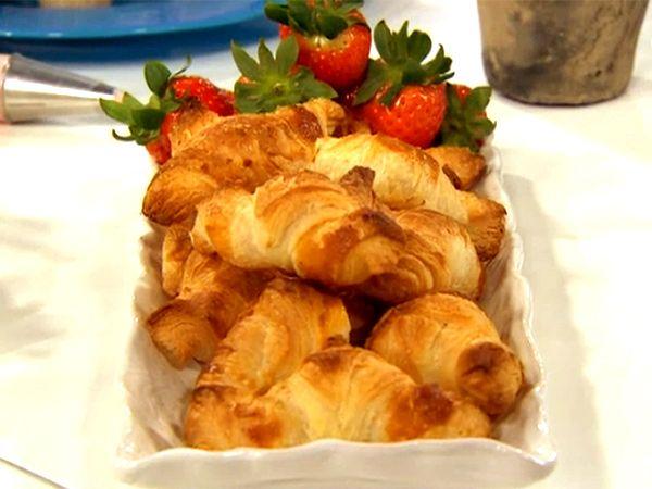Lyxa till det med hembakad croissant. Här används färdig smördeg för att underlätta.