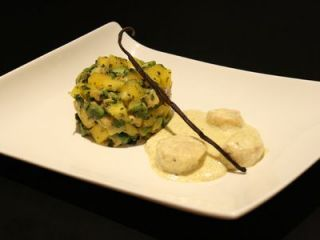 Saint-Jacques poêlées, crème à la VANILLE & tartare AVOCAT , MANGUE, coriandre. Ingrédients: ♦️ 300 g de noix de Saint-Jacques ♦️ 20 cl de crème liquide (remplacer par crème de riz) ♦️ 5 cl de vin blanc sec ♦️ 1 gousse de vanille ♦️ 1/2 mangue (bien mûre) ♦️ 1 avocat (bien mûr) ♦️ 1 cuillère à soupe de coriandre ♦️ le jus d'un citron vert huile d'olive ♦️ Beurre (remplacer par margarine végétal pour une version sans lactose) ♦️ Sel Poivre