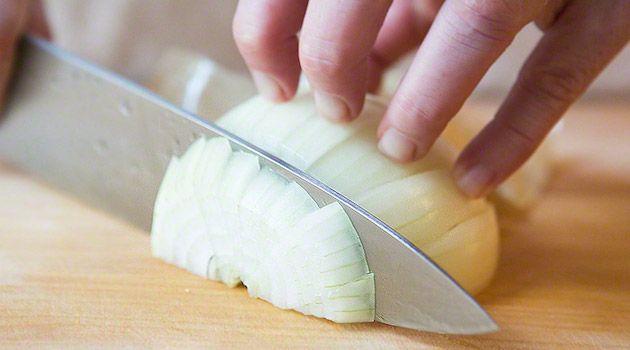 Soğanı Küp Doğramanın İncelikleri Hakkında Bilmeniz Gerekenler mutfakta hayatı kolaylaştırıyor. Neredeyse her yemekte kullandığımız soğanı küp kesmek için;
