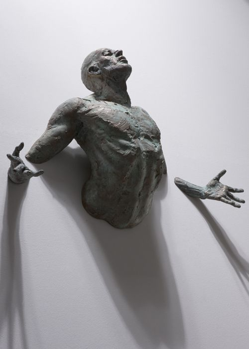 Wall-embedded sculptures by Matteo Pugliese. #matteo_pugliese #sculptures #walls #grey #white #figurative #art #men #humans #trapped