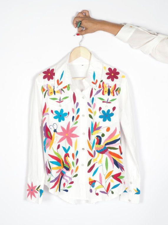 Hermosa blusa Otomi. Color blanca y con brillantes bordados multicolor. Bordada…
