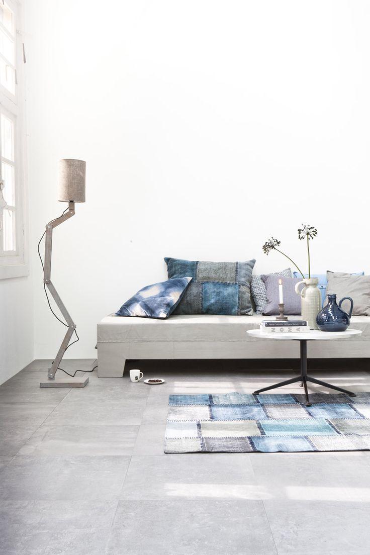 mooie grijze vloer, mooie lamp
