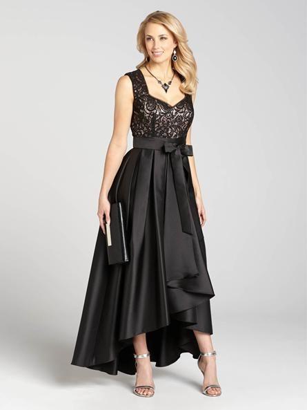 Pour votre prochaine partie des Fêtes, soyez sur la liste des mieux habillées dans cette étonnante robe longue. Un haut en dentelle et paillettes est compensé par le fluide ourlet inégal, créant une robe de soirée élégant mais non compliqué...3030103-0658