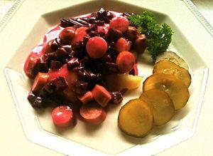 Nimimerkki Maitzon kaunis nakkikastike punajuurella
