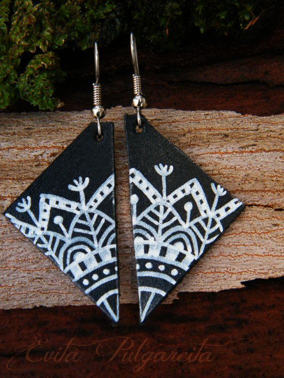 Estos pendientes están realizados en cuero y pintado a mano con una tinta resistente al agua.El triángulo de cuero tiene 4 cm de largo, y el gancho