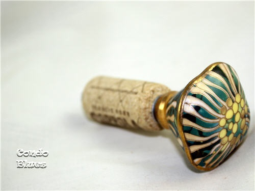 10 Minute Gift: Cabinet Knob Bottle Stopper Tutorial...these would make great last minute gifts!