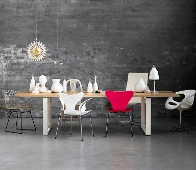 STUHL-MIX MACHT DEN ESSTISCH ZUM BLICKFANG  Inszenieren Sie Ihren Esstisch als Charakterstück und setzen Sie auf den Stuhl-Mix. Für Einsteiger: Um den Tisch gruppieren sich Stühle verschiedener Stile in einer Farbe, zum Beispiel Weiß. Für Mutige: Mischen Sie Stühle unterschiedlichen Alters, Stil und Farbe. Dazu passt am besten ein großer schnörkelloser Esstisch aus Holz.