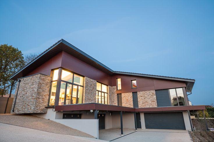 Grande maison passive avec très grandes baies vitrées - vue de nuit Crédit Photo : Olivier Liévin pour Innov'Habitat