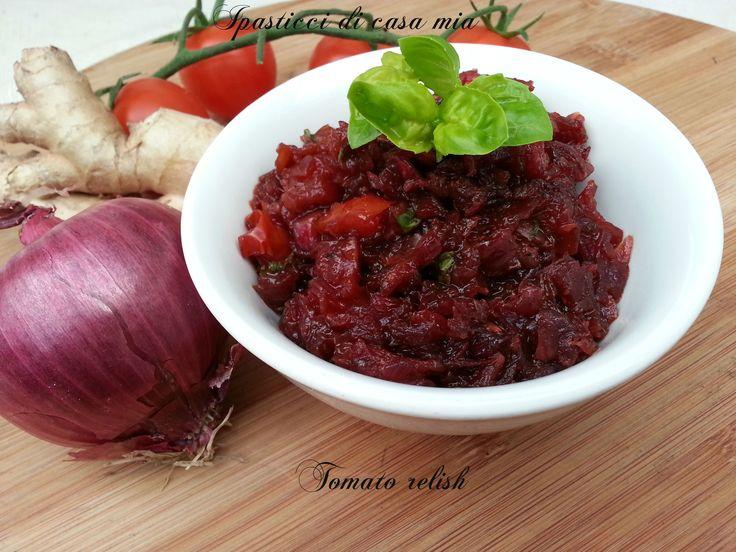 La tomato relish una composta a base di pomodori e cipolle rosse dal gusto agrodolce, adatta ad accompagnare piatti di carne e formaggi.