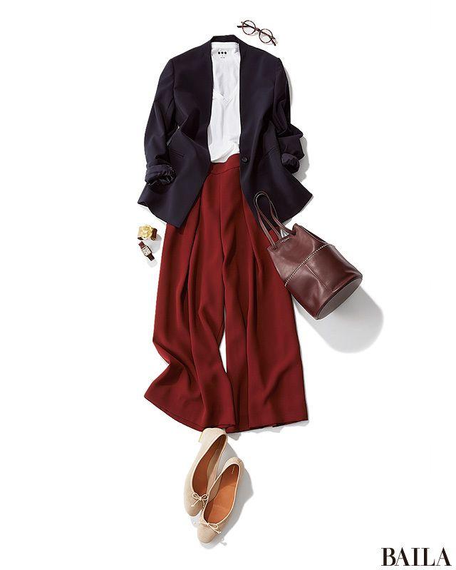 きちんと感がほしい9月の通勤日は、ジャケットとVネックTシャツで。ジャケットはノーカラーを選ぶと、首もとがすっきりして暑苦しくない印象に。秋らしい新鮮さを取り入れたいなら、ボトムを旬の赤みブラウンにするのが正解! 落ち着き感と華やかさがあり、パンツながら女らしい印象をキープできま・・・
