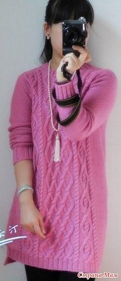 Очень стильно смотрится туника, вязаная спицами из пряжи модного сиреневато-розового цвета. С первого взгляда кажется, что туника простая и ровная, но взгляд на выкройку опровергает это заблуждение.