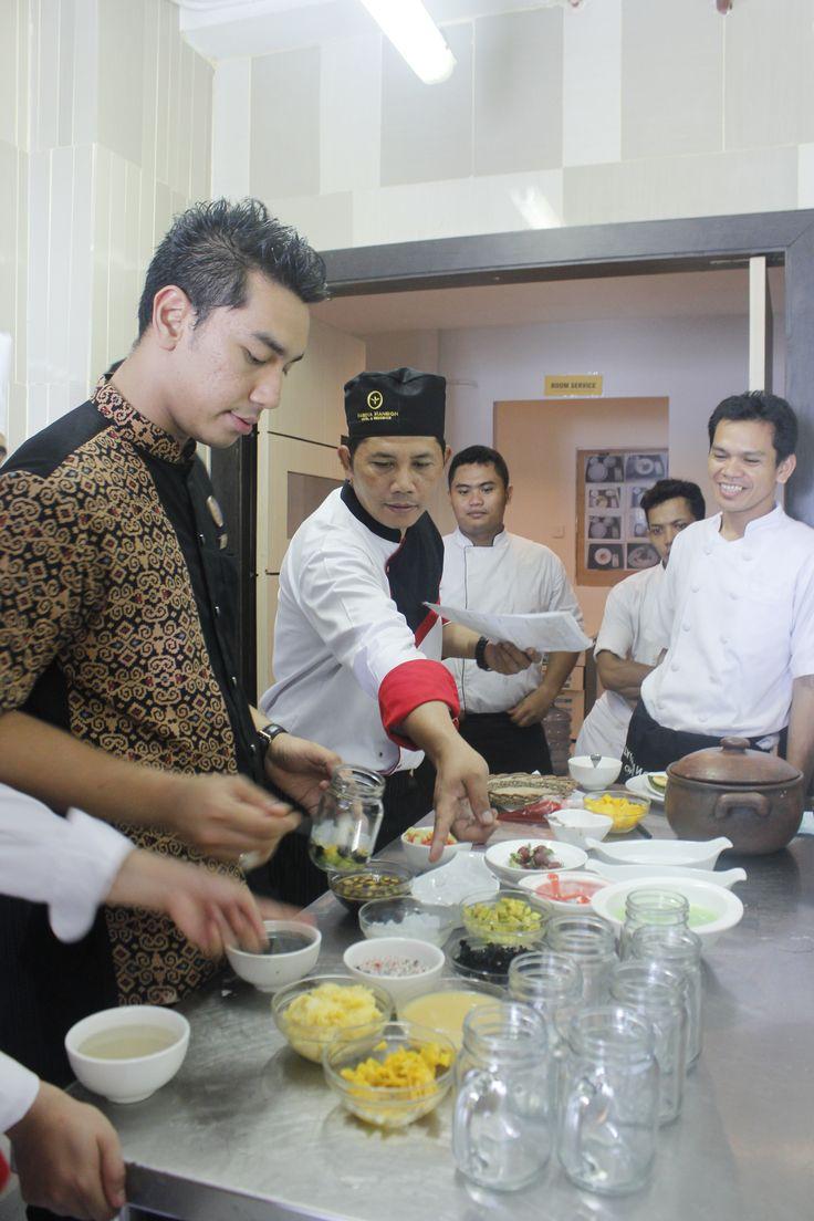 Merupakan tanggung jawab para chef untuk selalu memberikan edukasi kepada para staf dan tim nya mengenai proses pembuatan makanan, menjaga kebersihan, dan mengontrol persiapan yang diperlukan oleh tim kitchen demi memberikan pelayanan yang lebih baik bagi tamu.