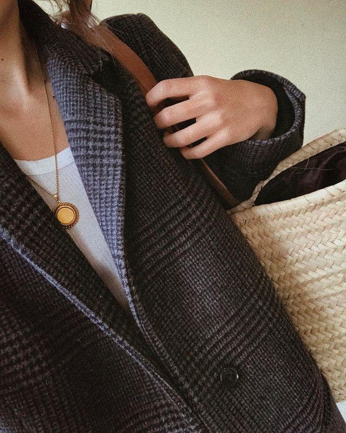 Pardessus à carreaux masculin + cabas en paille = le bon mix (photo Débora Rosa)